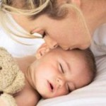 Грудным детям опасно спать на подушках