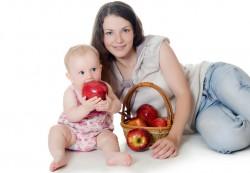 Рацион кормящей мамы: пробуем яблоки