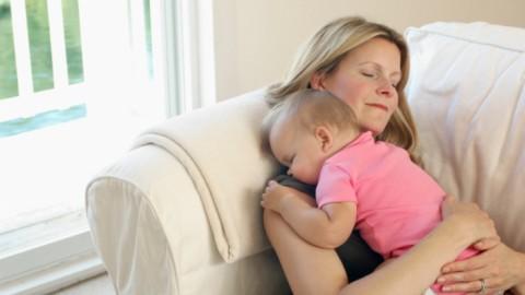 Почему спать вместе с ребенком на диване опасно