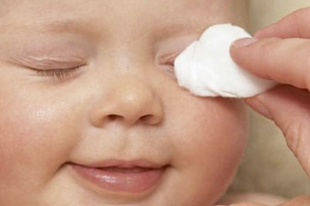 Правильный уход за носом и ушами ребенка