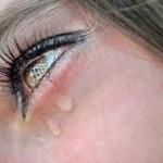 Причины появления слез на глазах
