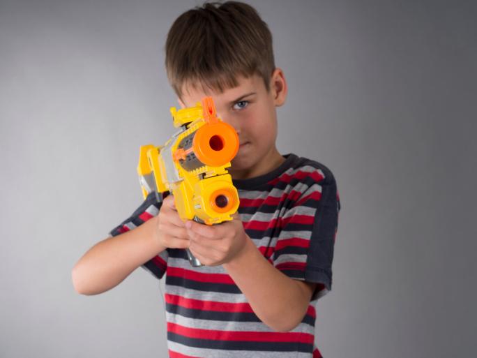 Жестокие игры: стоит ли детям играть в войнушку?