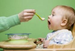Почему нельзя долго кормить детей из ложечки