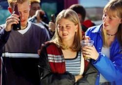 Старшие сверстники помогают подросткам начинать курить