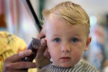 Стричь, брить, отращивать? Первые волосы малыша