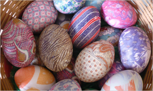 2 способа украшения для пасхальных яиц — с помощью бисера и конфетти!