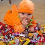 Многие родители приучают малыша к сладкому с пеленок, показало исследование
