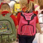 Тяжелый портфель портит школьникам спину