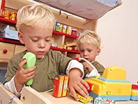 Дети работающих матерей развиваются быстрее, показало исследование