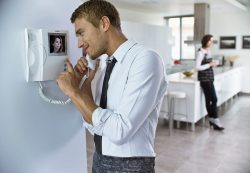 Технические устройства: Видеодомофон и видеонаблюдение