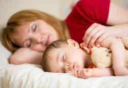 Совместный сон с ребенком — польза или вред?