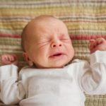 Почему новорожденный икает после кормления. Что делать?