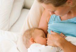 Кормление новорожденного: польза молозива и последствия докорма смесью