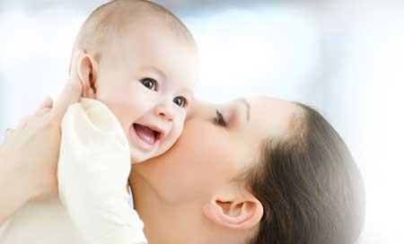Первые дни кормления грудью: прикладывание, молозиво и удобные позы