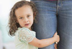 Откуда берутся застенчевые дети и как им помочь