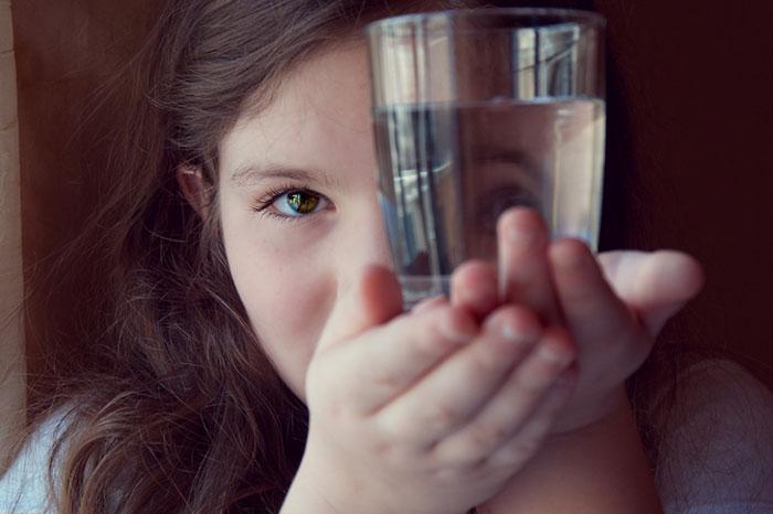 8 причин, почему нам надо научить детей пить воду