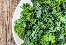Употребление зеленых листовых овощей во время беременности защищает будущих детей от развития астмы