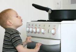 Как обезопасить малыша от ожогов