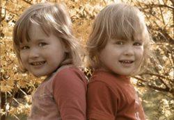 Разлучать ли близнецов в школе?