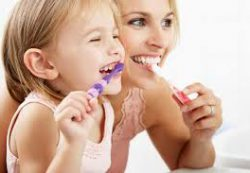 Научить малыша чистить зубы