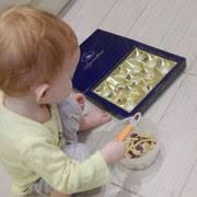 Как научить ребенка играть самостоятельно: банка с макаронами и морские камешки