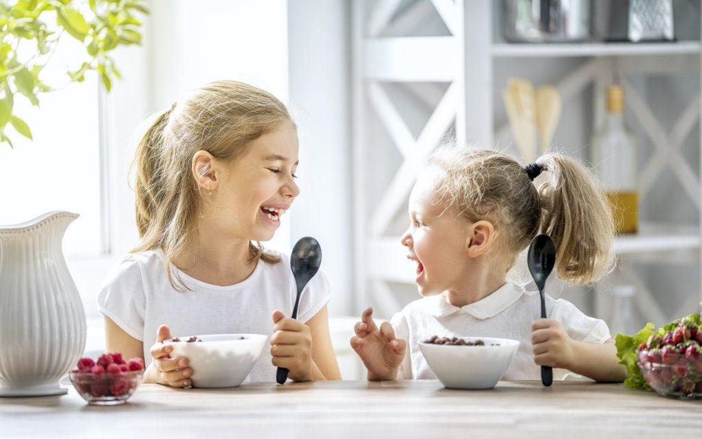 Сколько калорий должно быть в завтраке ребенка?