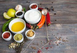 Майонез, кетчуп, сметана… Из чего состоят соусы и давать ли их детям