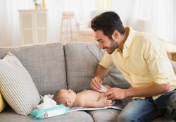 Молодой отец: 3 способа помочь жене после родов