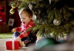 Как научить малыша ценить подарки и радоваться им?