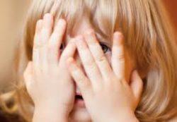 Мальчики и девочки подсматривают друг за другом в детском саду