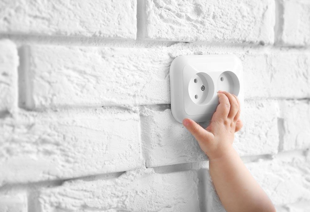Чтобы ребенка не ударило током: 6 советов для родителей