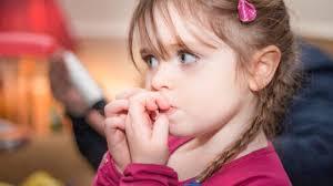 Если ребенок (или взрослый) сосет пальцы, грызет ногти