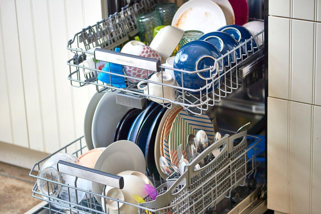 7 типов посуды и столовых приборов, которые не надо мыть в посудомоечной машине