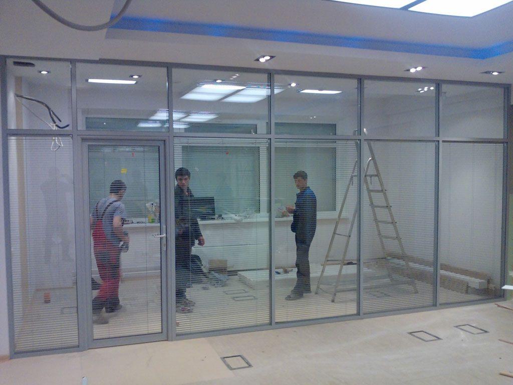 Как быстро и качественно установить стеклянные офисные перегородки?