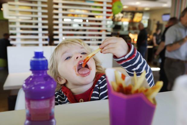 Неожиданно: эксперты рассказали, как фастфуд влияет на психику ребенка