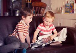 Мама спрашивает: «Сын безотказно отдает игрушки детям. Как реагировать?»