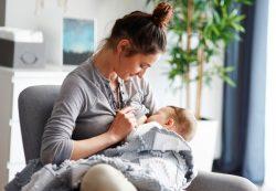 Младенец кусает грудь — как отучить, рассказывает врач