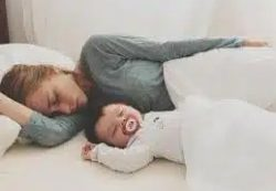 Младенцам нельзя спать в одной кровати со взрослыми