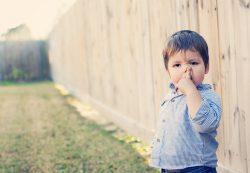 Все дети делают это: почему малыш ковыряет в носу и как его отучить